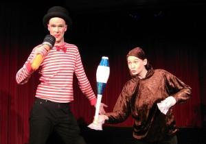 Das Duo Dings unterhält mit einer clownesken Tierdressur.