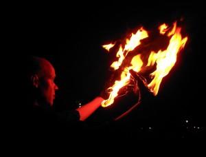 Felix vom Duo Dings spuckt Feuer.