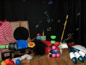 Die Jonglierworkshop-Requisiten zwischen Seifenblasen.