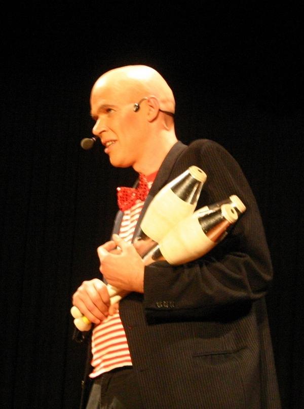 Felix vom Duo Dings als Jongleur auf der Bühne