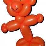 Ein orangefarbener Teddy aus einem Modellierballon.