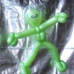Ein grüner Außerirdischer aus Luftballons.