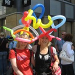 Beim Katholikentag in Osnabrück baute das Duo Dings Luftballonhüte.
