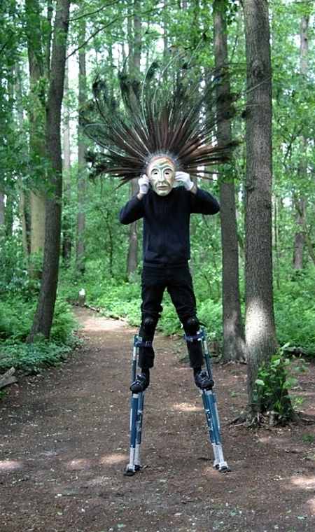Ein Stelzenläufer mit Maske im Wald bei den Proben zu KUNAKO 2009