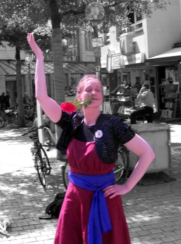 Nina vom Duo Dings mit einer Rose auf dem Osnabrücker Nikolaiort