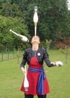 Jongleurin Nina balanciert ein Wasserglas auf der Nase