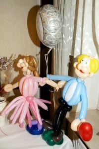 Das Duo Dings baute dieses Silberhochzeitspaar aus Luftballons.