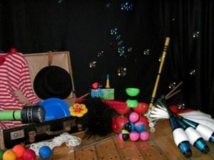Das Jonglier-Workshop-Material zwischen Seifenblasen