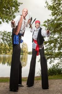 Zwei Riesen-Piraten am Ufer des Osnabrücker Rubbenbruchsees